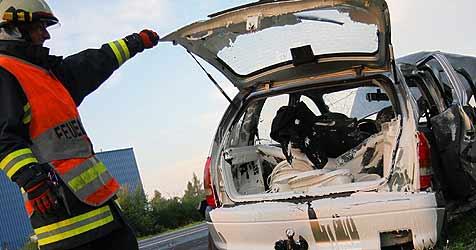 Auto nach Unfall in Marchtrenk weiß eingefärbt (Bild: FF Marchtrenk)
