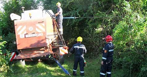 Mähdrescher drohte auf Gleiskörper abzustürzen (Bild: FF Großweikersdorf)