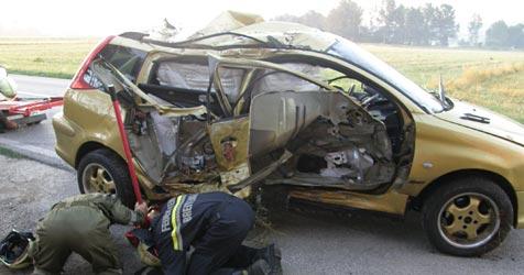 Fahrer steigt nach Totalschaden unverletzt aus (Bild: einsatzdoku.at)