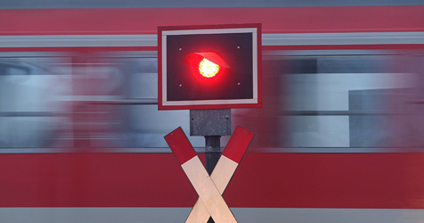 Autolenkerin (80) übersteht Kollision mit Zug unverletzt (Bild: Karl-Josef Hildenbrand)
