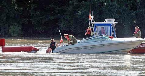 """Boot verfängt sich auf Donau in Boje -  """"abgeschleppt"""" (Bild: Manfred Andrassik)"""