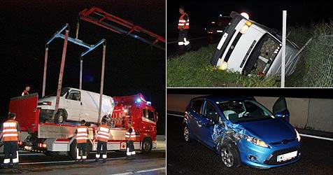Transporter stürzt nach Crash mit Pkw auf S5 in Graben (Bild: Stadtfeuerwehr Tulln)