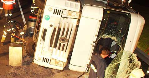 Sattelschlepper auf der B156 umgekippt - zwei Verletzte (Bild: Scharinger)