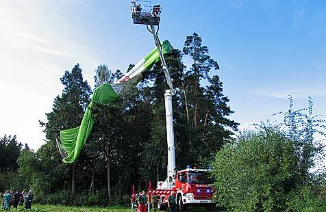 Heißluftballon steckte in 20 Metern Höhe fest (Bild: Feuerwehr Horn)