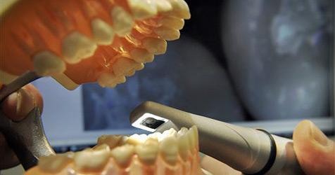 Autolenker baut Unfall, weil er sich einen Zahn zieht