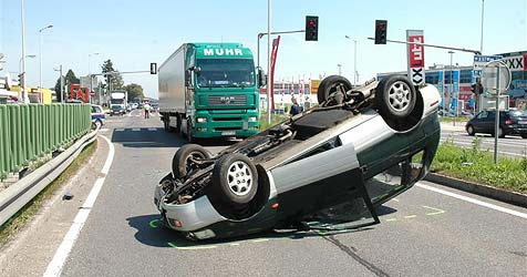 Crash mit Lkw - Auto überschlägt sich auf der B1 (Bild: FF Vöcklabruck)