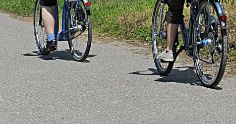 Autofahrer erfasst Radlerinnen - und braust dann davon (Bild: dpa/Patrick Seeger)