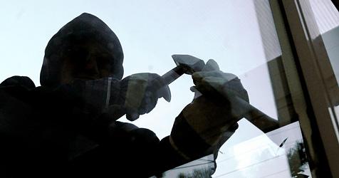 Einbrecher stehlen Auto um Tresor abzutransportieren (Bild: APA/HERBERT PFARRHOFER)