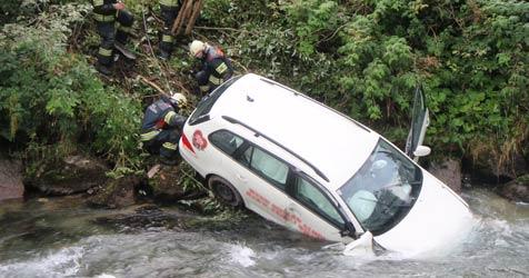 Autolenker stürzte in Mittersill in die Felberache (Bild: Freiwillige Feuerwehr Mittersill)