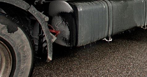 Lkw rutscht auf A10 in Graben - 800 l Diesel ausgeflossen (Bild: APA/rubra)