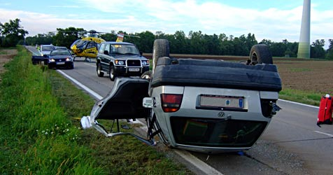 Pkw überschlägt sich und landet am Dach - 2 Verletzte (Bild: ÖAMTC)