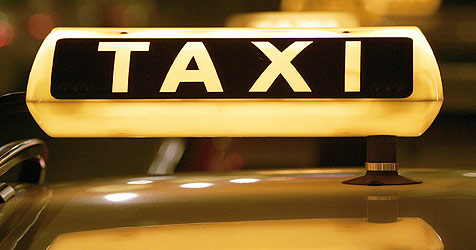 Taxilenker führt Mann im Kofferraum durch Salzburg (Bild: dpa/dpa-Zentralbild/Z6456 Arno Burgi)