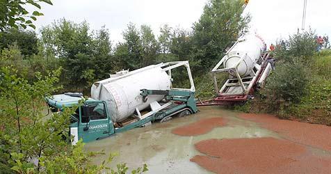 Pkw kracht gegen Lkw - ein Verletzter, sieben Autos kaputt (Bild: Markus Tschepp)