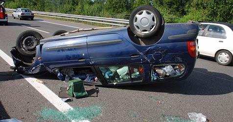 Auto überschlägt sich auf der A3 - Lenker verletzt (Bild: Thomas Lenger)