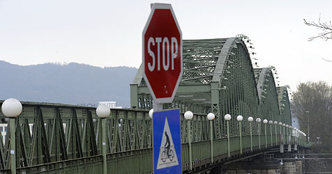 Eisenbahnbrücke muss an Land gebracht werden (Bild: Chris Koller)
