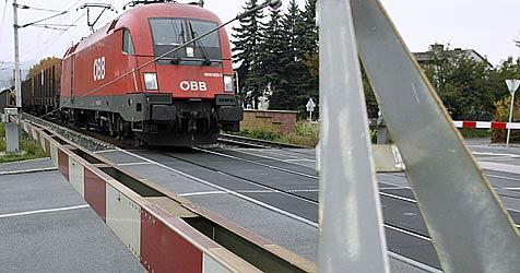 Fußgängerin  von Zug erfasst  und schwer verletzt (Bild: KLAUS KREUZER)