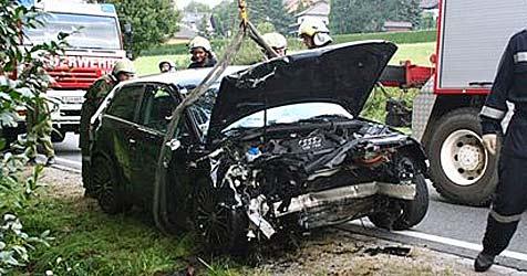 20-Jähriger rast mit Pkw in Graben an B1 - schwer verletzt (Bild: Freiwillige Feuerwehr Ollern)