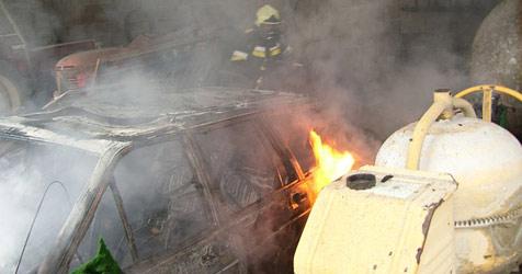 19-Jähriger setzt bei Reparatur Auto in Brand (Bild: FF St.Georgen/Ybbsfelde)