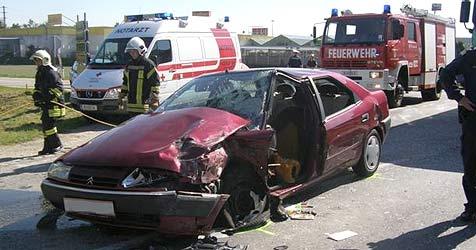 88-Jährige bei Crash auf der B143 schwer verletzt (Bild: FF Ried)