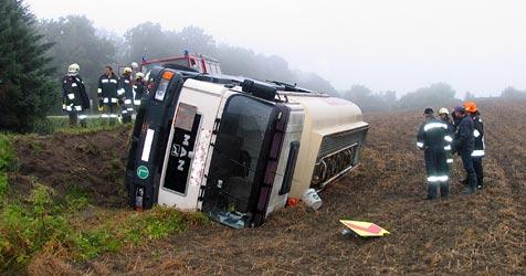Tankwagen kippt im Bezirk Horn um - Lenker verletzt (Bild: Sascha Drlo/BFKDO Horn)