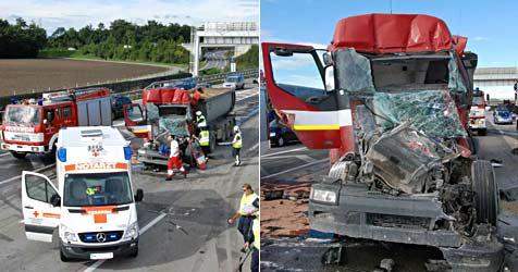Crash mit zwei Lkws und einem Pkw legt Verkehr auf A2 lahm (Bild: Herbert Wimmer/BFK Mödling)