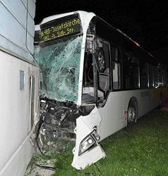 Bus mit Klein-Lkw kollidiert - drei teils schwer Verletzte (Bild: Fotoplutsch.at)