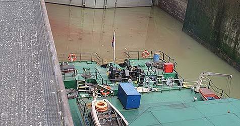 """Defektes Ventil - """"Ölpest"""" auf der Donau bei Grein (Bild: FF Mitterkirchen)"""
