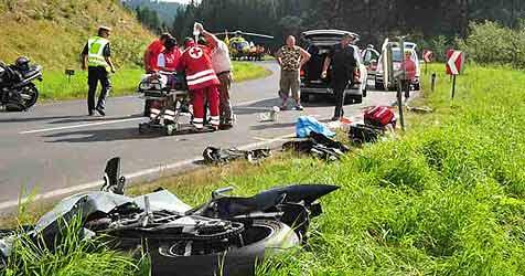 Wieder vier Motorradfahrer schwer verletzt (Bild: Foto Kerschi)