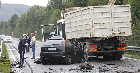 Auto kracht auf der B156 gegen Laster: Pkw-Fahrer tot (Bild: Markus Tschepp)