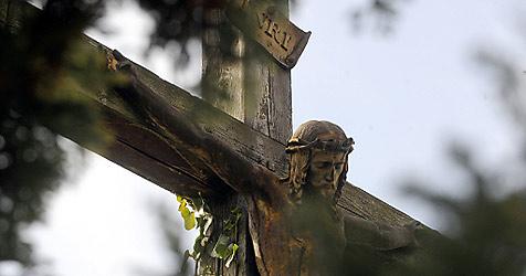 Holzkreuz in Eugendorf heimlich umgeschnitten (Bild: APA/HERBERT PFARRHOFER)