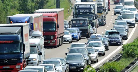 Schwerer Crash auf der A2 führt zu Stau im Frühverkehr (Bild: dpa/Stefan Puchner)