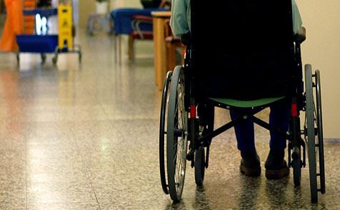 Geschlagen und getreten - Pflege-Personal in Not (Bild: APA/ROLAND SCHLAGER)