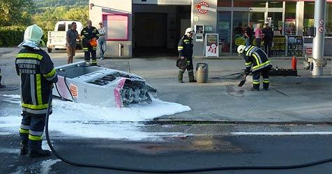 Lkw-Lenker fährt in Linz-Land Zapfsäule um und flüchtet (Bild: FF Wilhering)