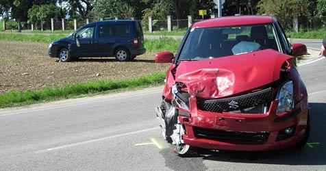 Pkw in Acker geschleudert - zwei Verletzte (Bild: Einsatzdoku.at)
