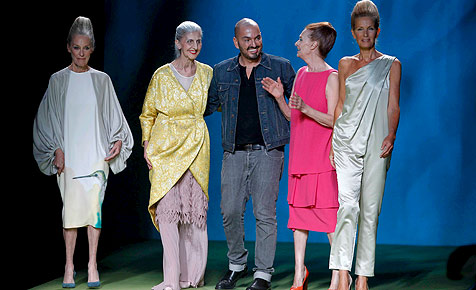 Vier Großmütter auf dem Laufsteg bei Madrid-Modewoche