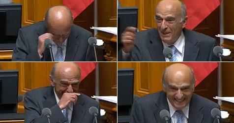 Schweizer Minister lacht sich zum Internetstar (Bild: YouTube/Schweizer Fernsehen)