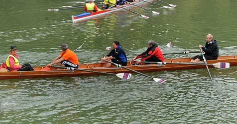 Ruderboot kentert auf Donau - fünf Sportler retten sich (Bild: Franz Crepaz)