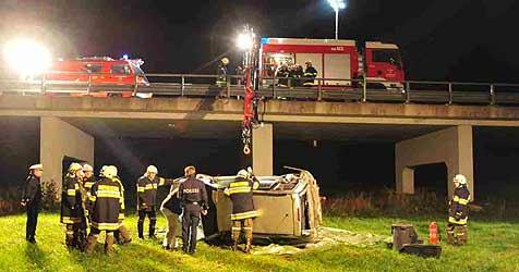 Pkw stürzt in Waldburg über Brücke in Tiefe (Bild: Foto Kerschi)