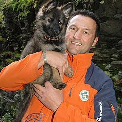 """Hund Diego (neun Wochen) jüngster """"Bergretter"""" (Bild: Rauscher)"""