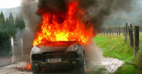 Porsche geht bei Reifenwechsel in Flammen auf (Bild: Franz Crepaz)