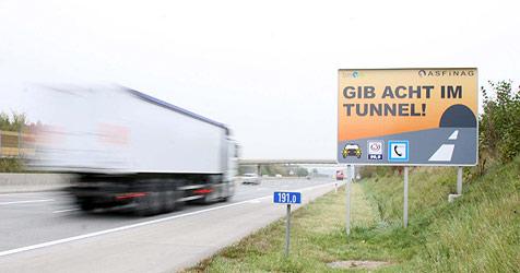 Schildbürgerstreich mit Tunnel-Warnschildern (Bild: Markus Wenzel)