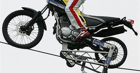 Akrobat fährt mit Motorrad in 150 Metern Höhe