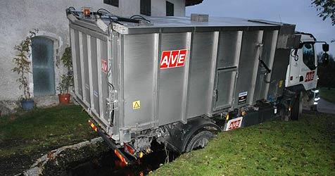 Navi lotst Laster auf Bauernhof direkt in Güllegrube (Bild: FF Vöcklabruck)