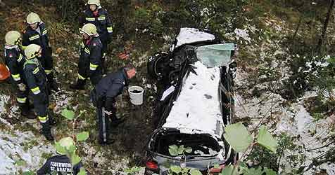 Junger Autolenker kommt im Schnee von Straße ab  - tot (Bild: FF St. Agatha bei Bad Goisern)