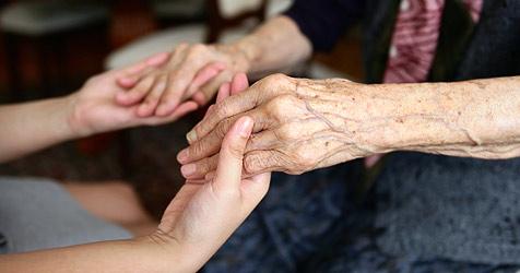 Arbeitslose sollen für Pflegeberufe gewonnen werden (Bild: © 2010 Photos.com, a division of Getty Images)