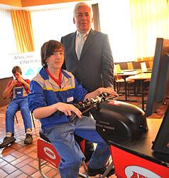 Jugendliche proben auf Simulatoren Gefahrenstellen (Bild: Horst Einöder)
