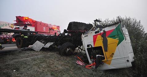 Lkw-Unfälle legten Verkehr lahm - ein Lenker tot (Bild: kerschi)