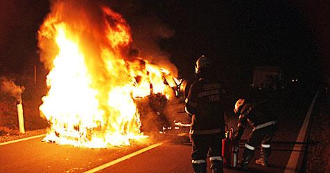 Wagen fängt in Winzendorf Feuer - Familie rettet sich (Bild: FF Pöllau)
