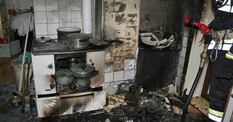Glut aus Ofen gefallen - Küche brennt komplett aus (Bild: Einsatzdoku.at)