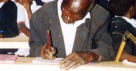 Kenianer macht mit 84 Jahren seinen Schulabschluss